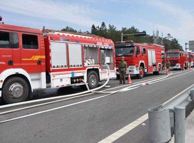 四川消防车出警被堵隧道