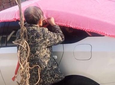 姥姥为外孙女缝制粉色车衣