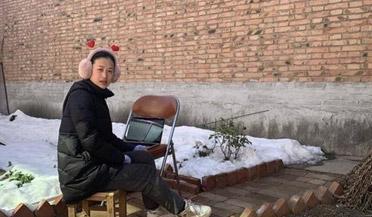 教师在老家蹭邻居网开直播课