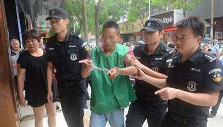 歹徒持辣椒水抢劫闹市区银行被制服