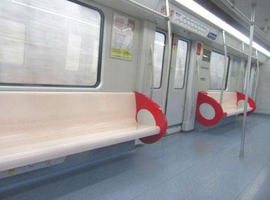 大叔地铁上拿伞站座位上开战
