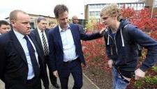 实拍小伙找英国副首相自拍 裤子掉落露出内裤
