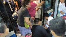 实拍:早高峰段地铁一号线两男子互殴