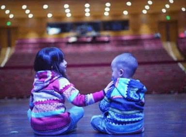 孙莉罕见晒三胎儿子照,与二姐并排坐舞台上
