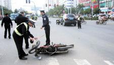 广西:无牌摩托车狂飙 连撞两车致1死1伤