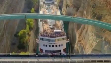 巨型游轮穿过24米宽运河