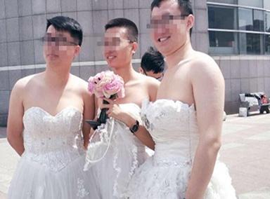 高校3男生穿婚纱拍毕业照