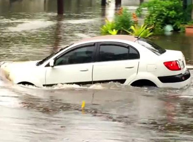 女司机驾车涉水熄火被困