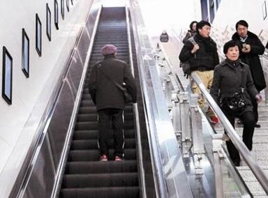 老人电扶梯摔倒,姑娘奋力托住