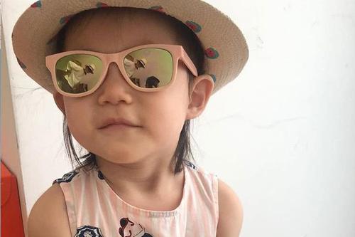陈冠希晒女儿新照,墨镜中一家三口同框超甜蜜!