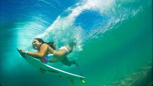 最养眼的极限运动!90后美少女独爱冲浪