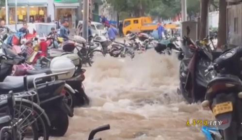 实拍郑州街头水管爆裂 水深近1米多辆电动车被淹