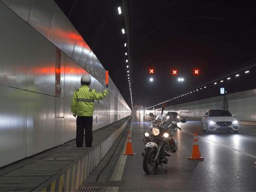 """他是青岛海底隧道的守护者,骑着摩托和城市谈了一场""""地下恋"""""""