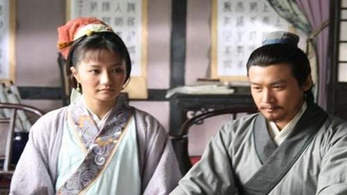 眼看丈夫被贬,妻子哭得梨花带雨,丈夫的一个小动作,妻子释怀了