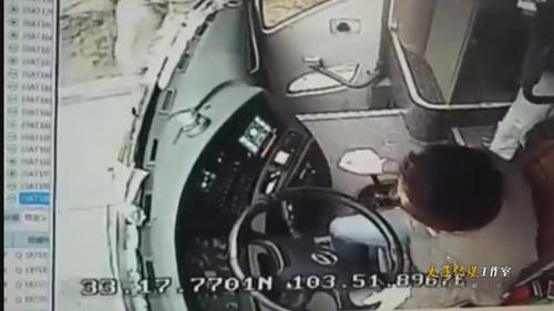 监拍重庆游客九寨沟旅游大巴被逼停 司机导游遭殴打