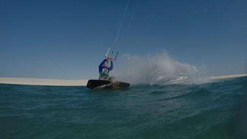 这只滑板堪称水陆两栖,再加上滑翔伞助力,在白沙绿水间尽情放肆