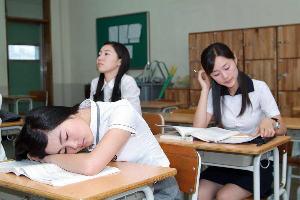 求一张很唯美的中学女生趴在课桌上睡觉的图片