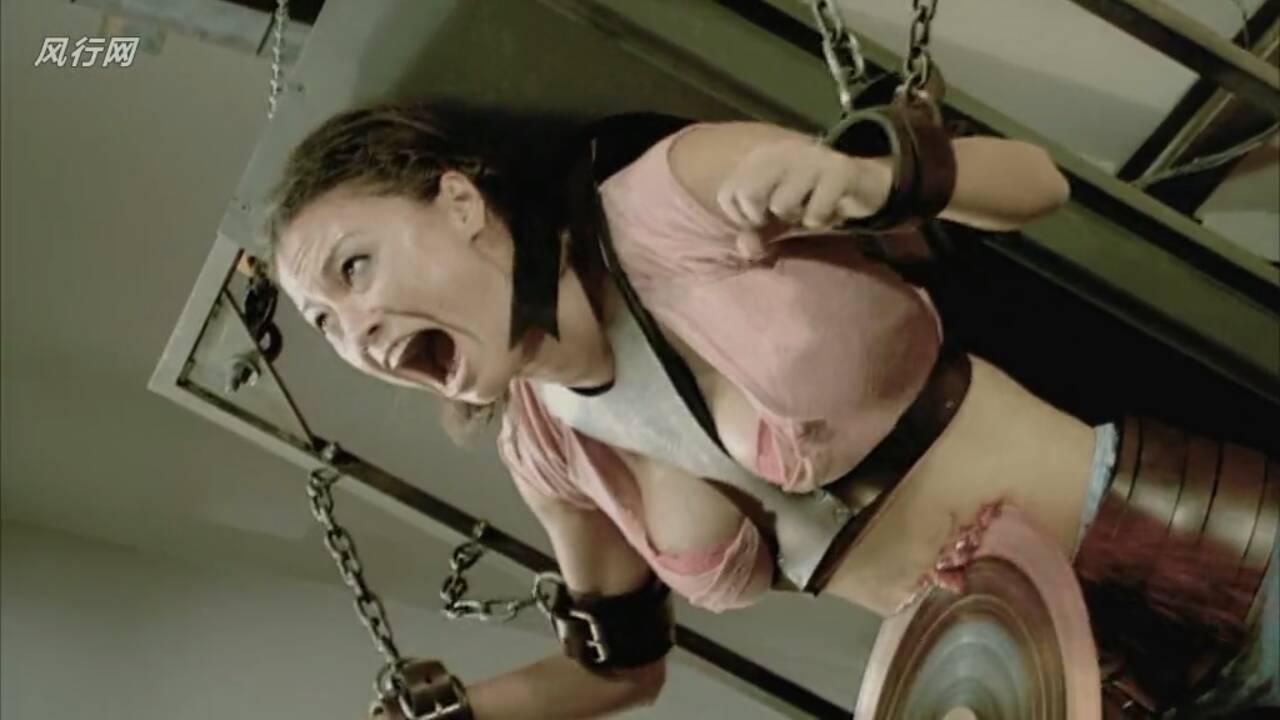 以前看过电锯惊魂开头是一个女人被绑在一个电锯上面