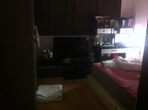 边开始照的 门左边是衣柜 右边是床 床头靠东 但床头隔一道墙就图片