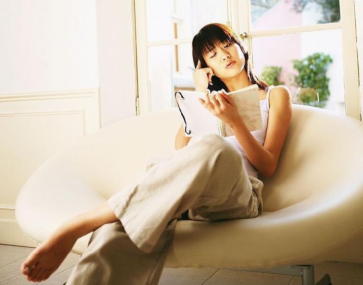 唯美女生看书侧脸图片