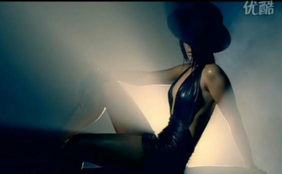 是欧美黑人女歌手; jay z负责rap的