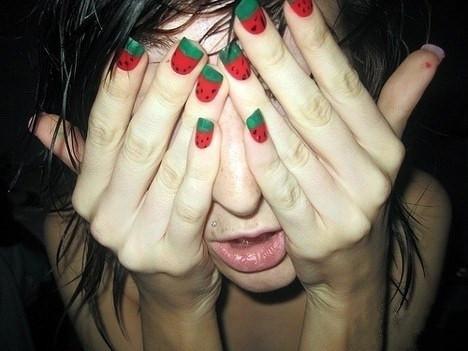求一个外国女生涂着西瓜指甲油双手挡住脸的头像