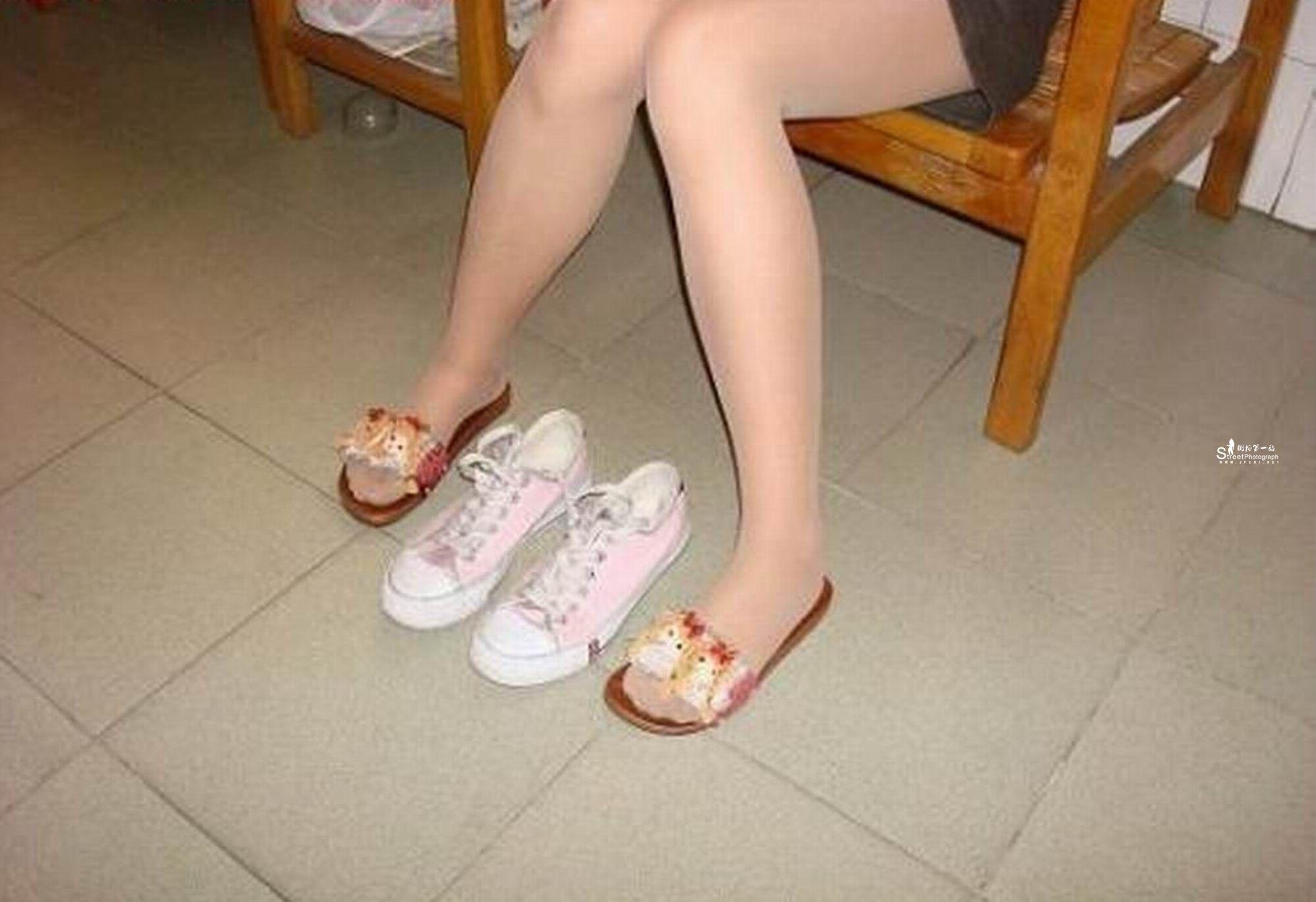 再配双白色袜子