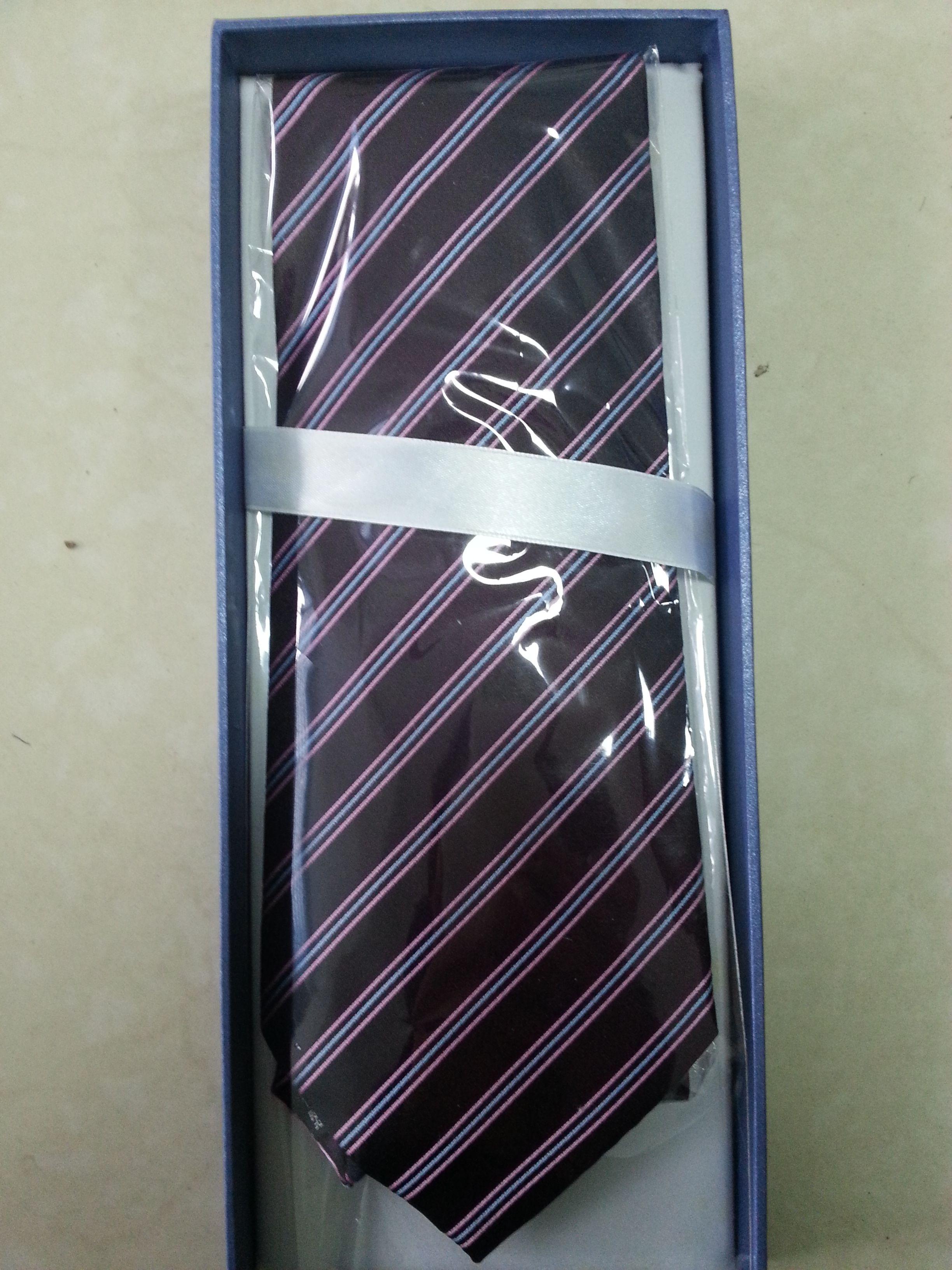 结婚西装是深灰色的,衬衫是淡粉色的,配什么颜色的领带比较