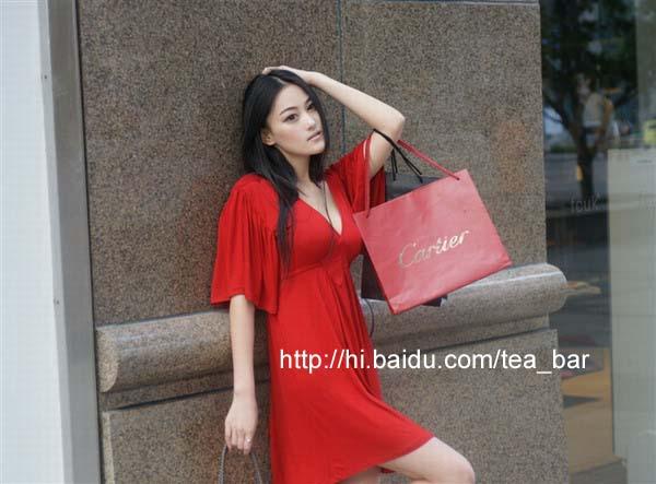 街拍上海红衣清纯美女这女的叫什么名字