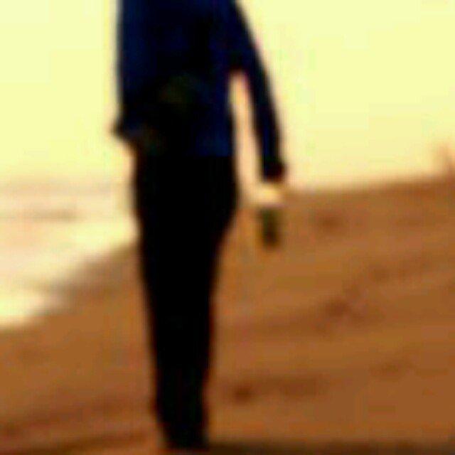 求这张男人穿黑西装在海边沙滩上的《原图》背影图片图片
