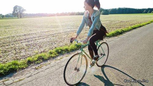 这个女生的是骑什么自行车