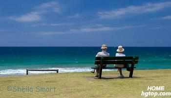 老人沙滩牵手唯美图_求一张老人海边 牵手 的动漫图片
