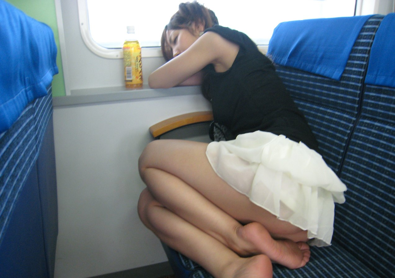 火车上睡觉美女火车上睡着