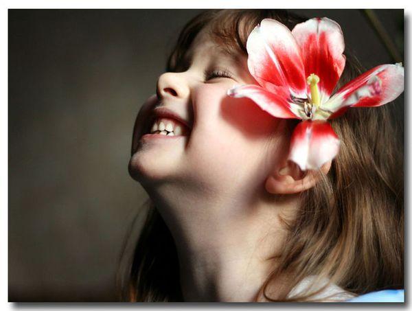 一个外国小女孩耳朵上戴着一朵花的头像 下面这张图的原图求发给我一图片