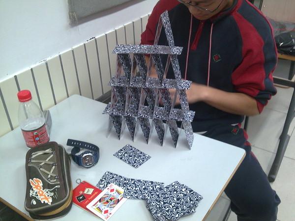 用两幅扑克牌,不能用胶水,要怎么才能叠的高?速度,急需阿.图片