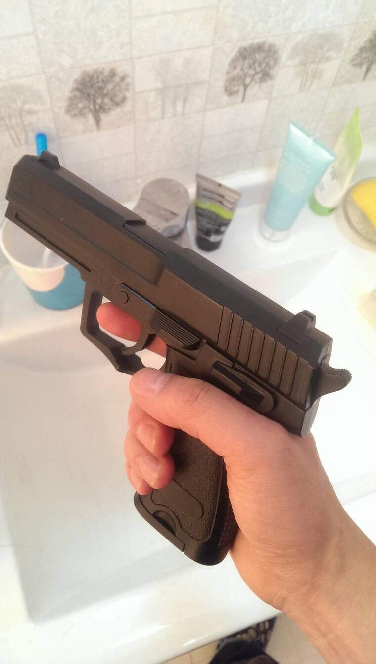 虽然是玩具但是原型就是德国hk公司的usp手普遍使用9mm帕拉贝