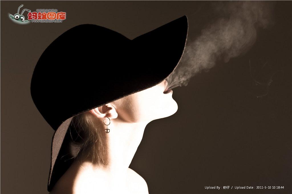在灯下抽烟 喝酒的女人而且看着镜头拍拍照的女人!