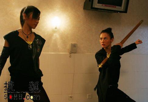 两个穿高跟鞋美女在卫生间打