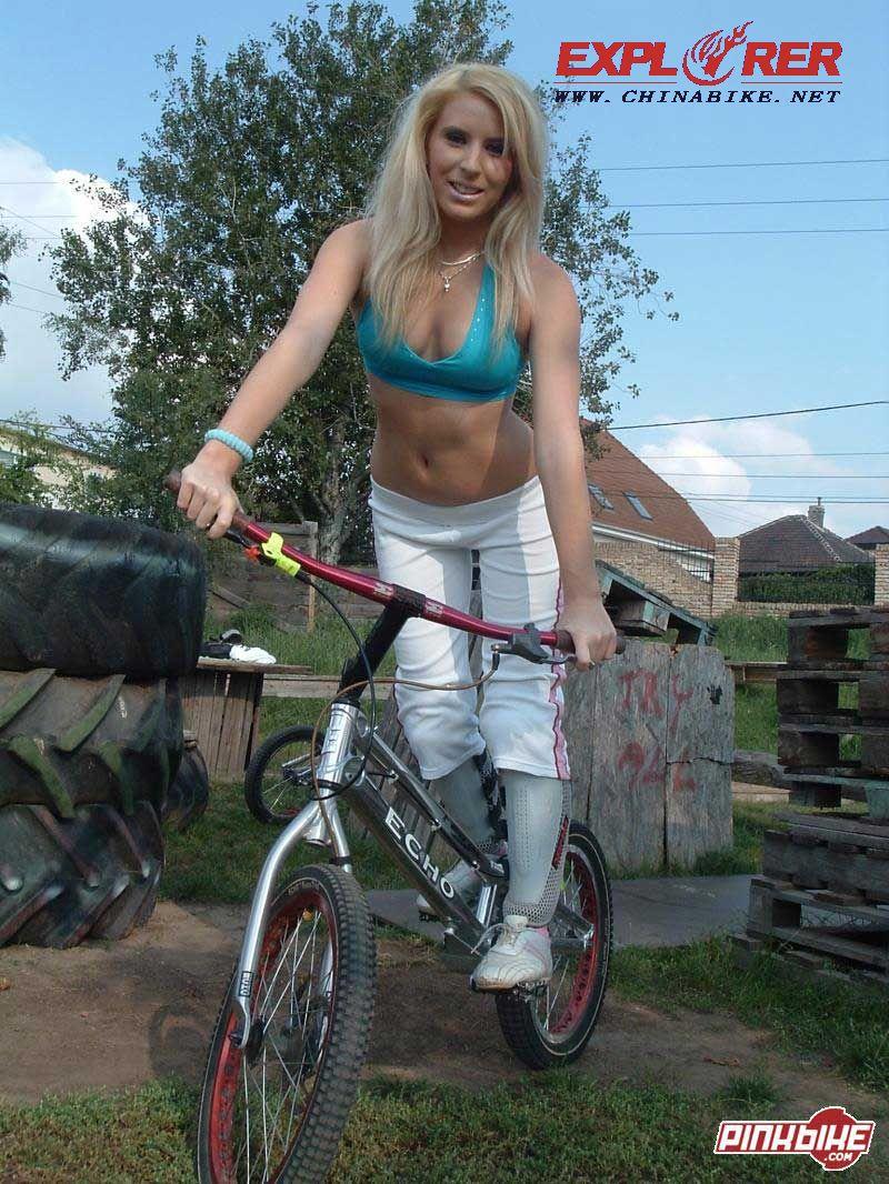 求一张一个美女骑自行车的图片