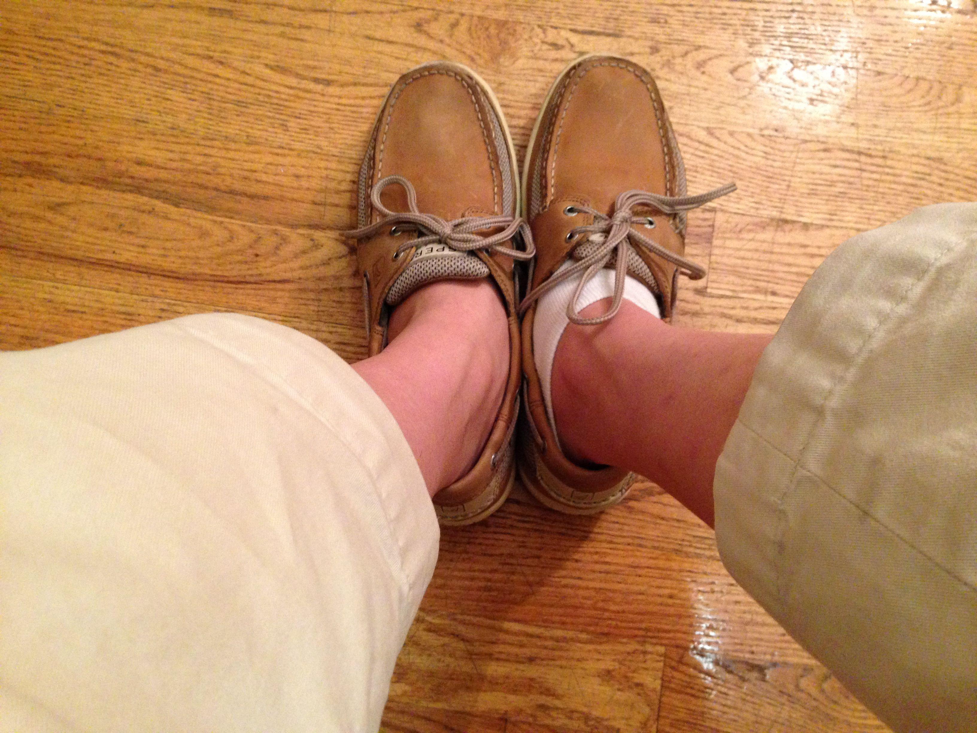 左脚是光脚的 右脚穿了船袜