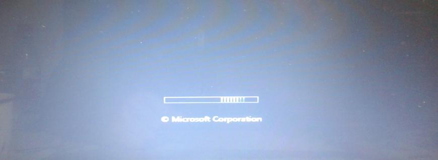 电脑装的win7家庭版,开机启动界面会出现类似windows图片