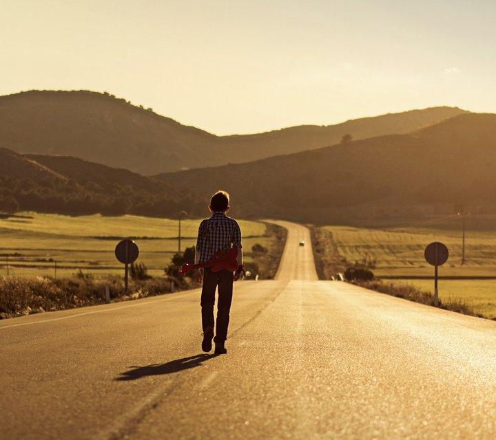 求一个人背着走在路上的图片(背景没有什么要求,最好图片上只有他,一图片