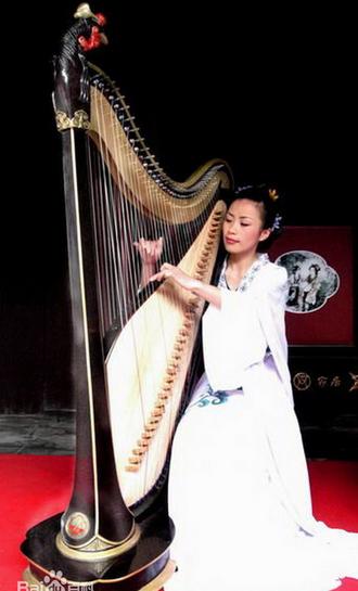 重新展露出这古老乐器的魅力,现代的双排弦箜篌长相与现代西方竖琴图片