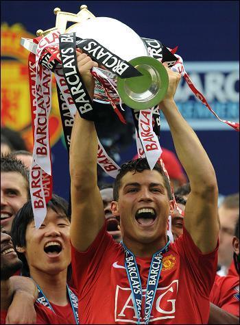 08年c罗带领曼联拿到欧冠冠军,求c罗捧杯的照片!图片