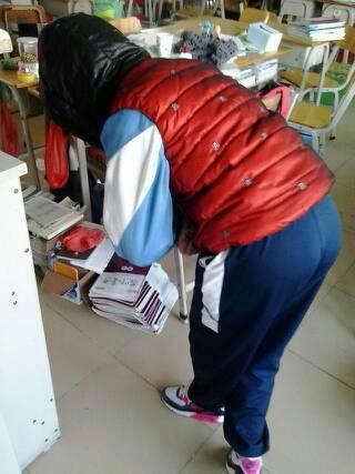 妈的女人的短裙比男人的内裤都短还是我们男的耍流氓