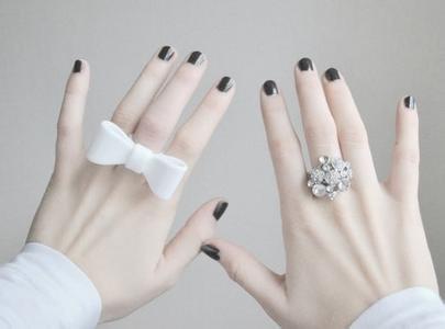 求两只手伸出手指轻轻触碰的唯美凄凉非主流照片,图中图片