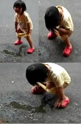 小女孩当街撒尿 影响市容
