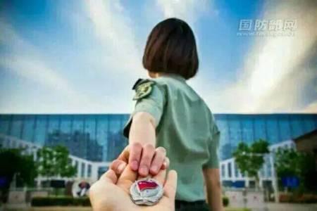 头像女兵背影图片