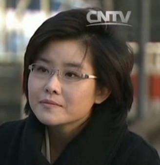 请问图中的央视女记者叫什么名字