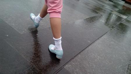 美女踩踏图片_帆布鞋踩踏_白靴子踩踏_女生白袜踩踏 ...